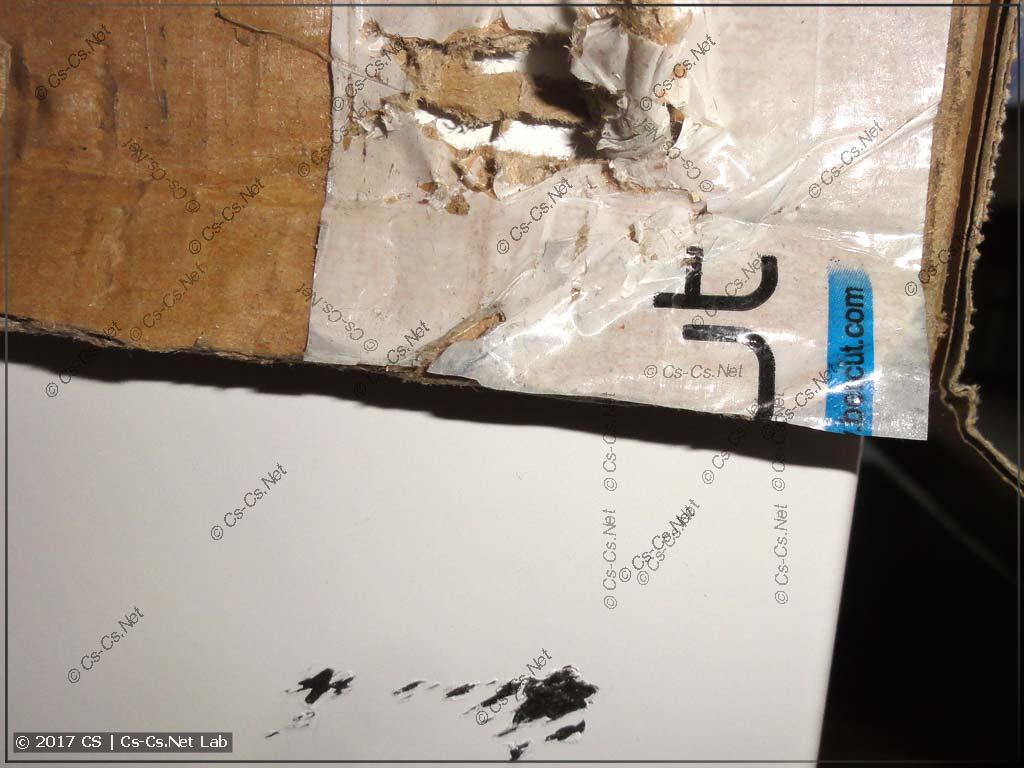 Бумажная коробка щита тоже повреждена