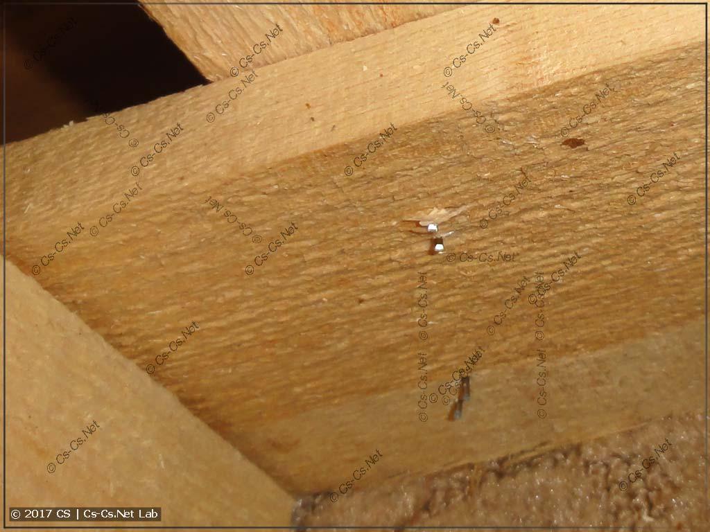 Жёсткая обрешётка сделана плохо: скобы продавили дерево и поцарапали корпус щита