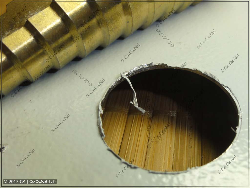 Просверлили дырку при помощи ступенчатого сверла