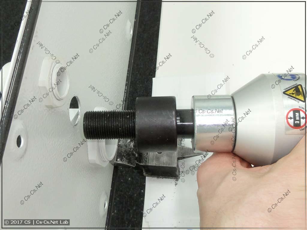 Вставляем шпильку в отверстие для того, чтобы начать пробивать отверстие