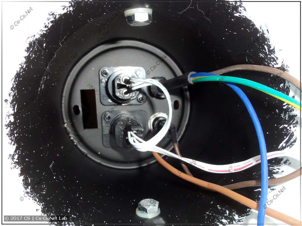 Задняя часть прожектора с DMX-разъёмами