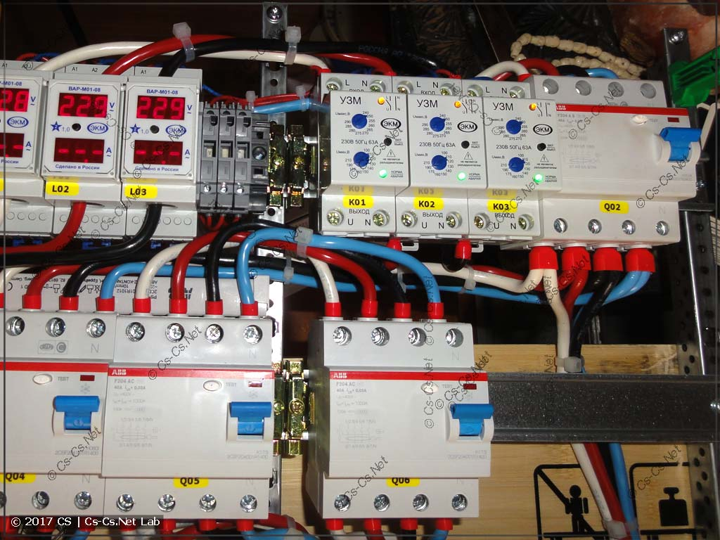 Подключаем обычные УЗО и кросс-модуль основного питания так, чтобы провода не мешали друг другу