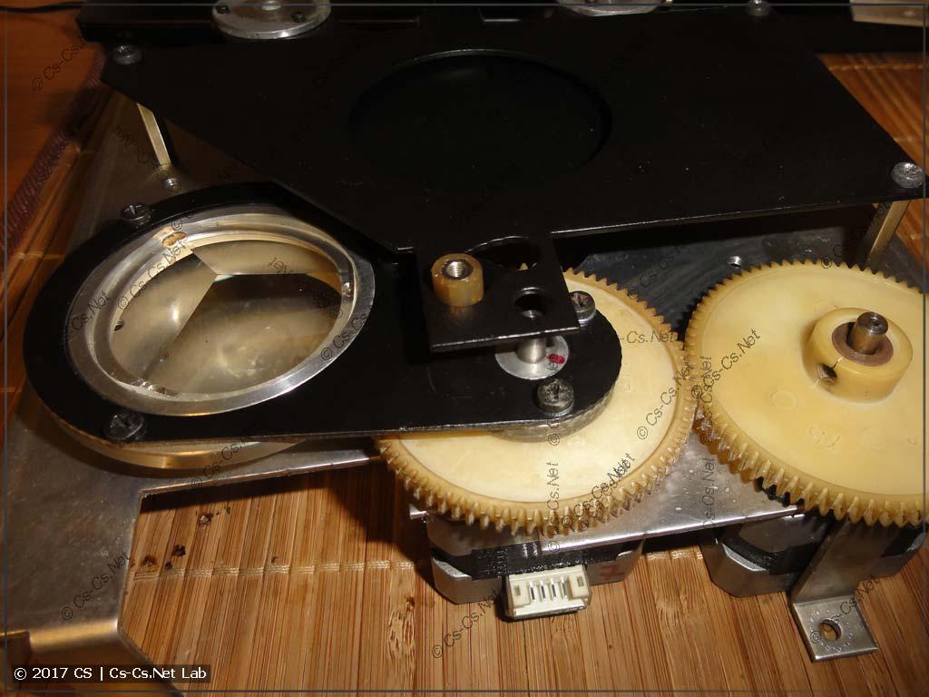 Узел вращающейся призмы: один мотор включает её, а другой - вращает
