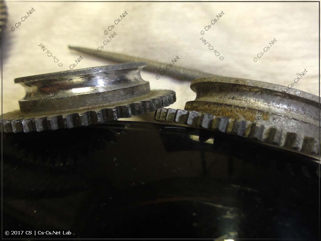 Прочищаем пазы подшипников гобо от нагара старой смазки