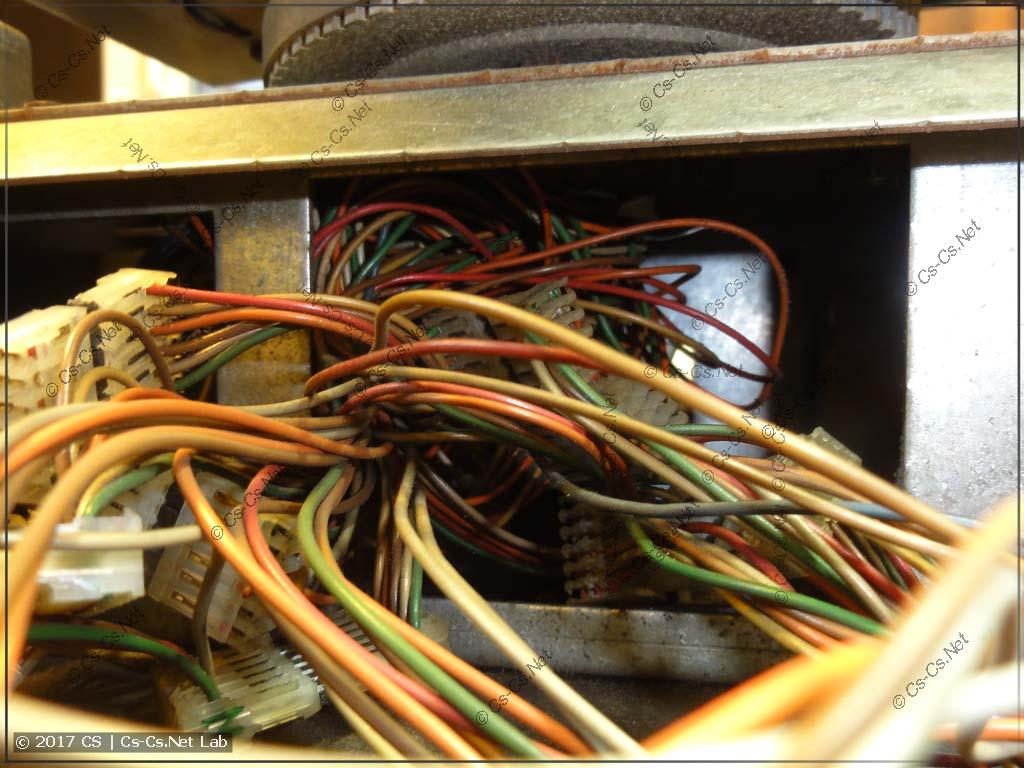 Куча проводов навалена в подшипнике головы и контакты тут хреновые