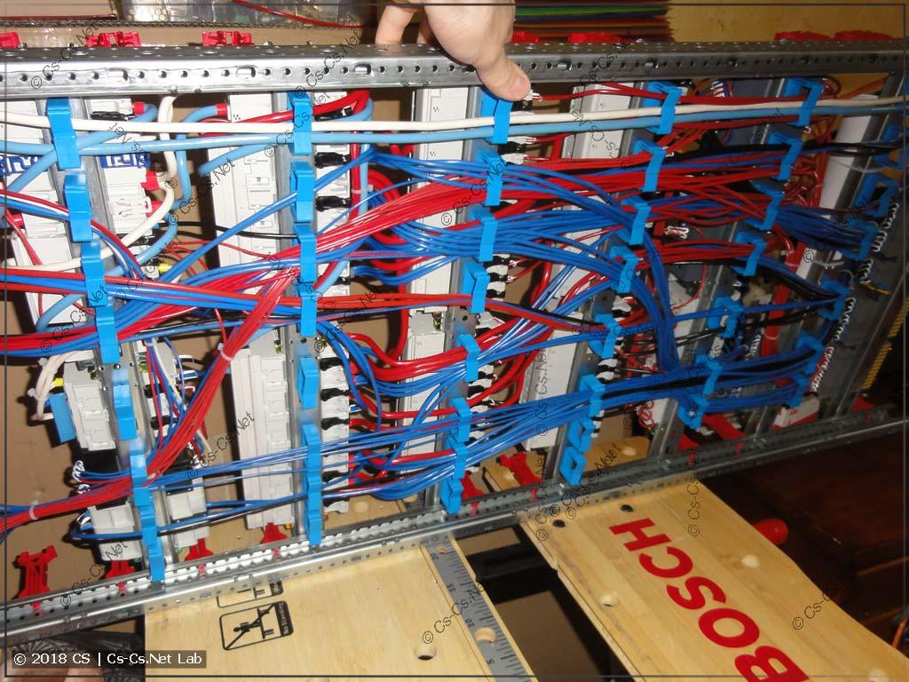 Все провода уложены сзади щита на держатели ED44P10