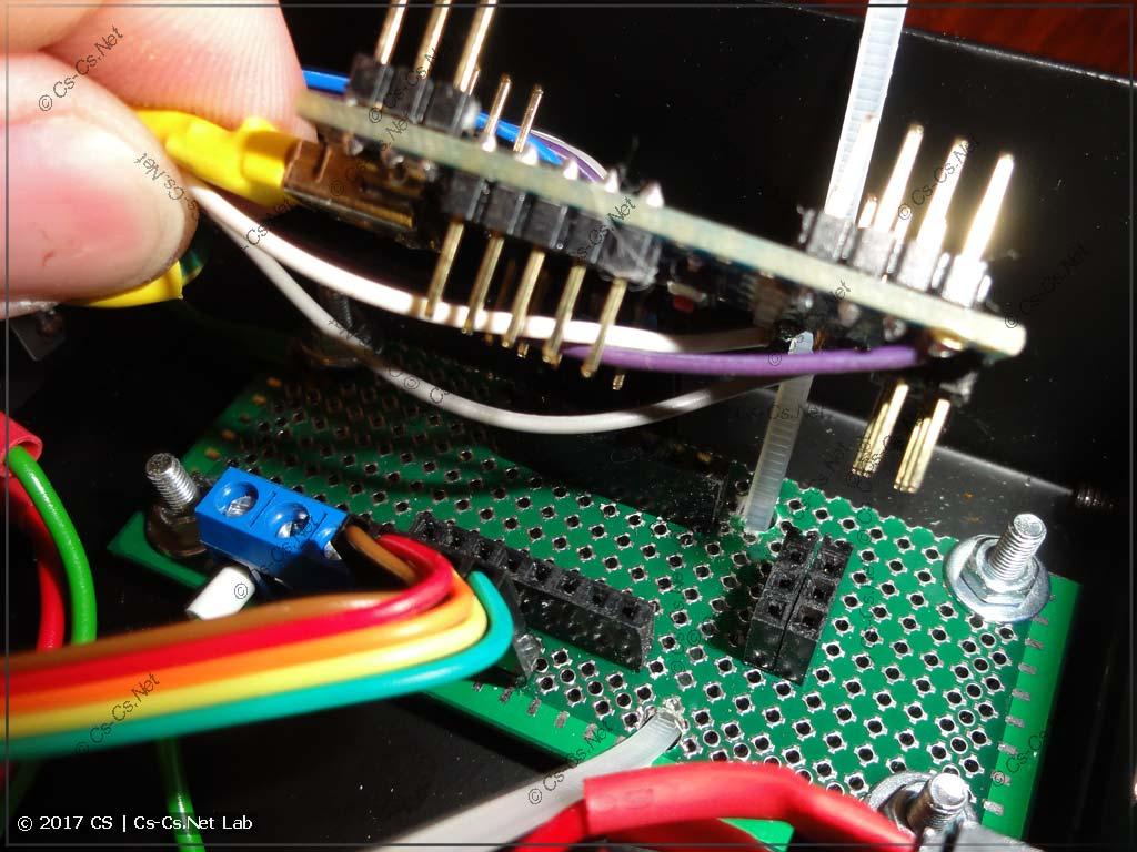 Начинаем ставить нашу Arduino в разъёмы