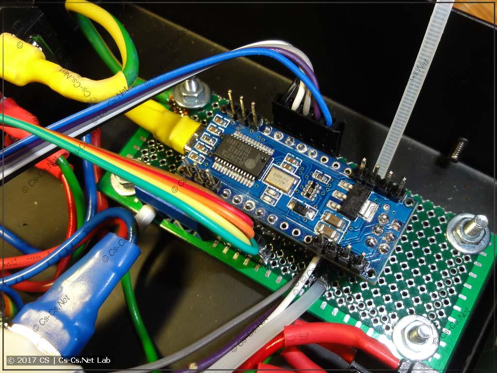 Платку с Arduino установили на своё место (тут видны пины, которые надо откусить)