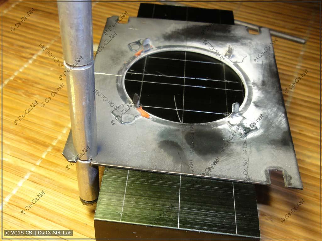 Примериваем радиатор так, чтобы он встал между креплением конденсора