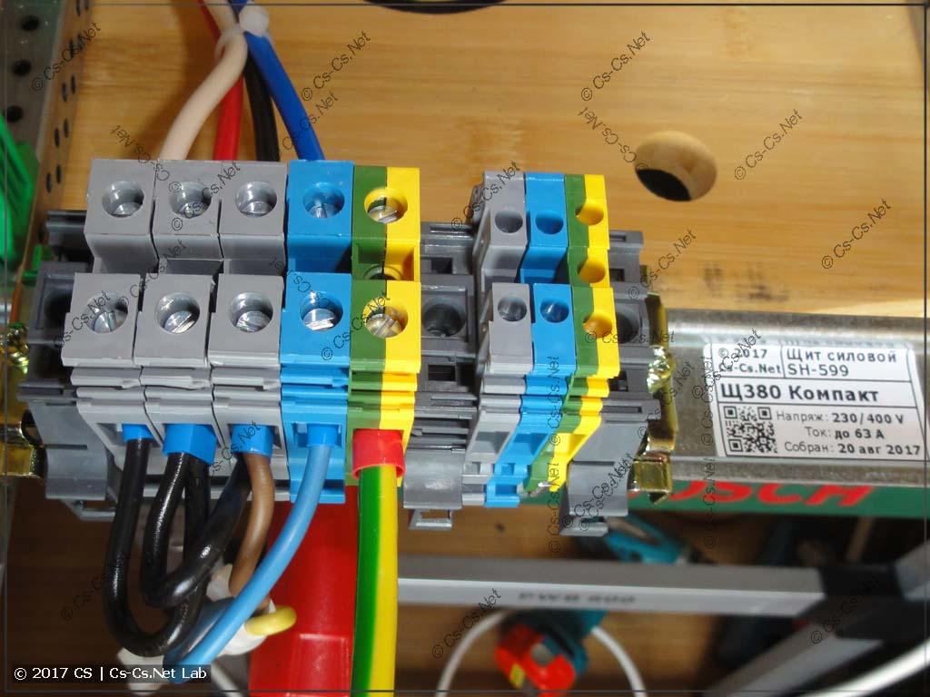 Клеммы снизу щита для того, чтобы нарастить кабель ввода