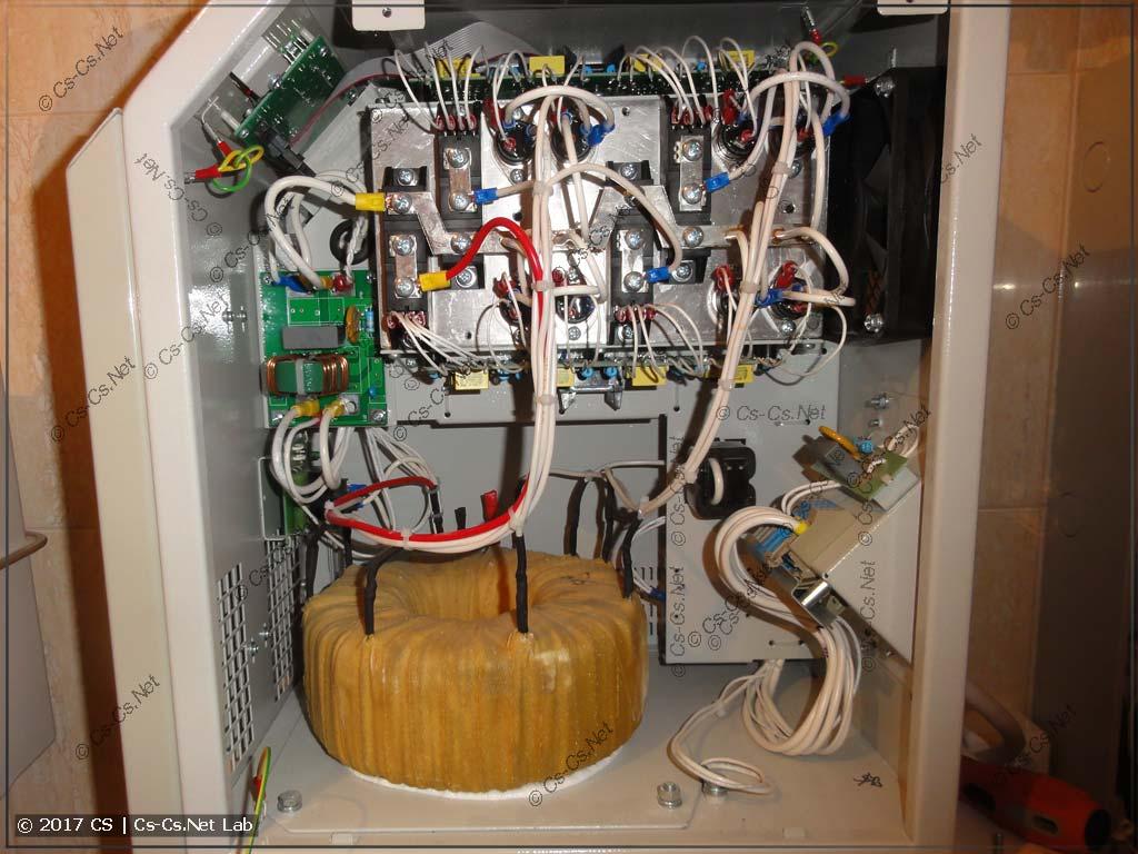 Внутренности стабилизатора Штиль на 7 кВт - виден огромный трансформатор
