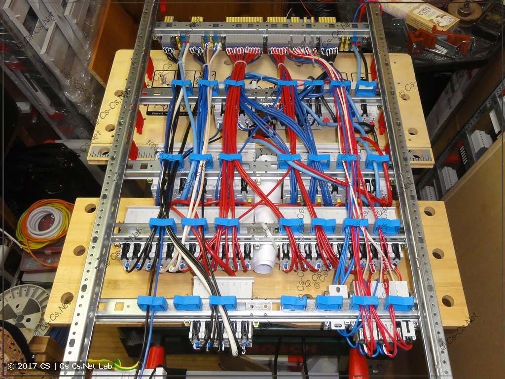 Все провода щита лежат на держателях ED44P10