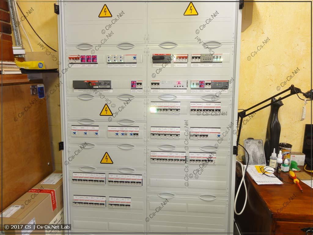 Закрыли все пластроны - шкаф полностью собран!