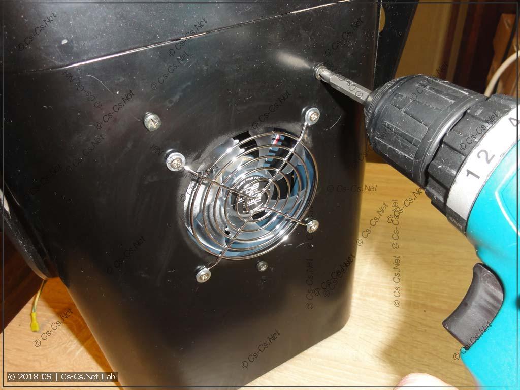 Откручиваем винты для того, чтобы снять блок оптики сканера