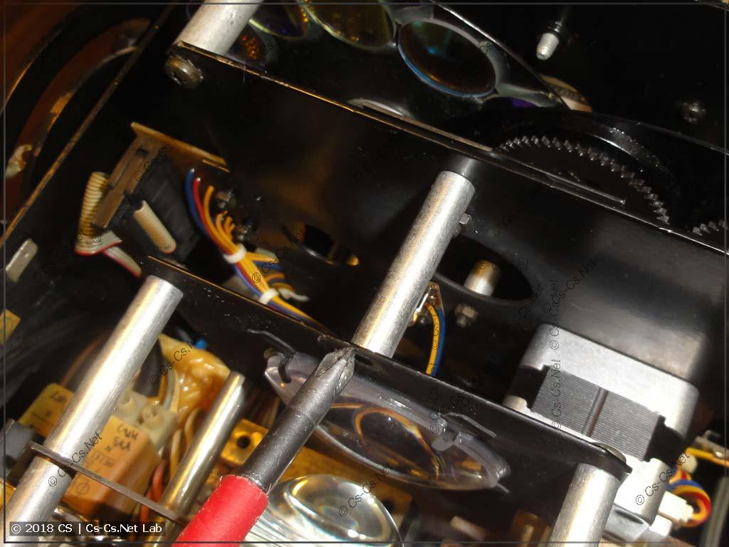 Дополнительная стойка, которую надо открутить, чтобы снять блок оптики