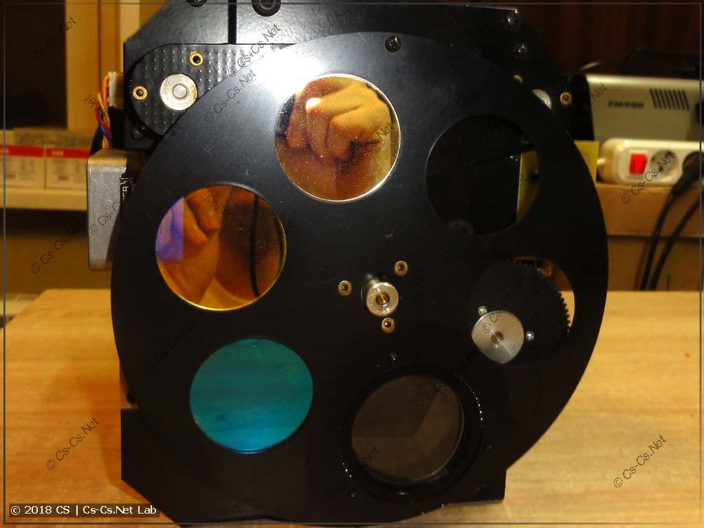 Блок оптики со стороны выхода. Виден диск эффектов и призма