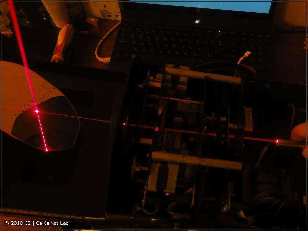 Лучик лазера внутри оптики сканера ROBE