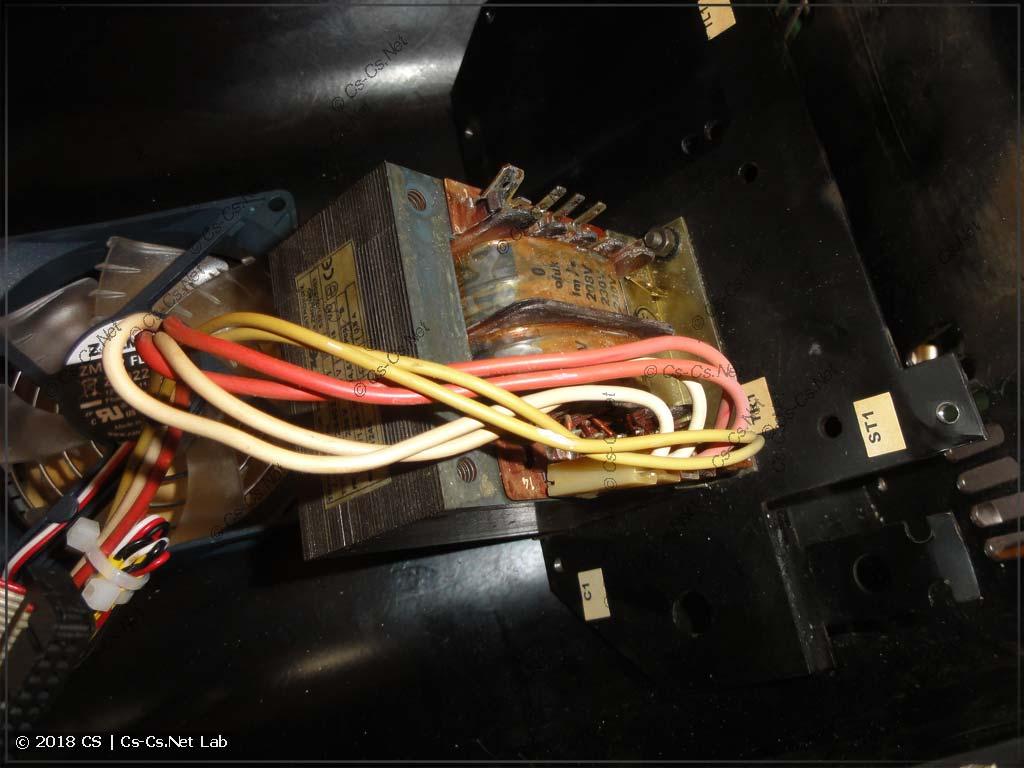 Снимаем панель с трансформатором питания сканера, чтобы опустить его вниз