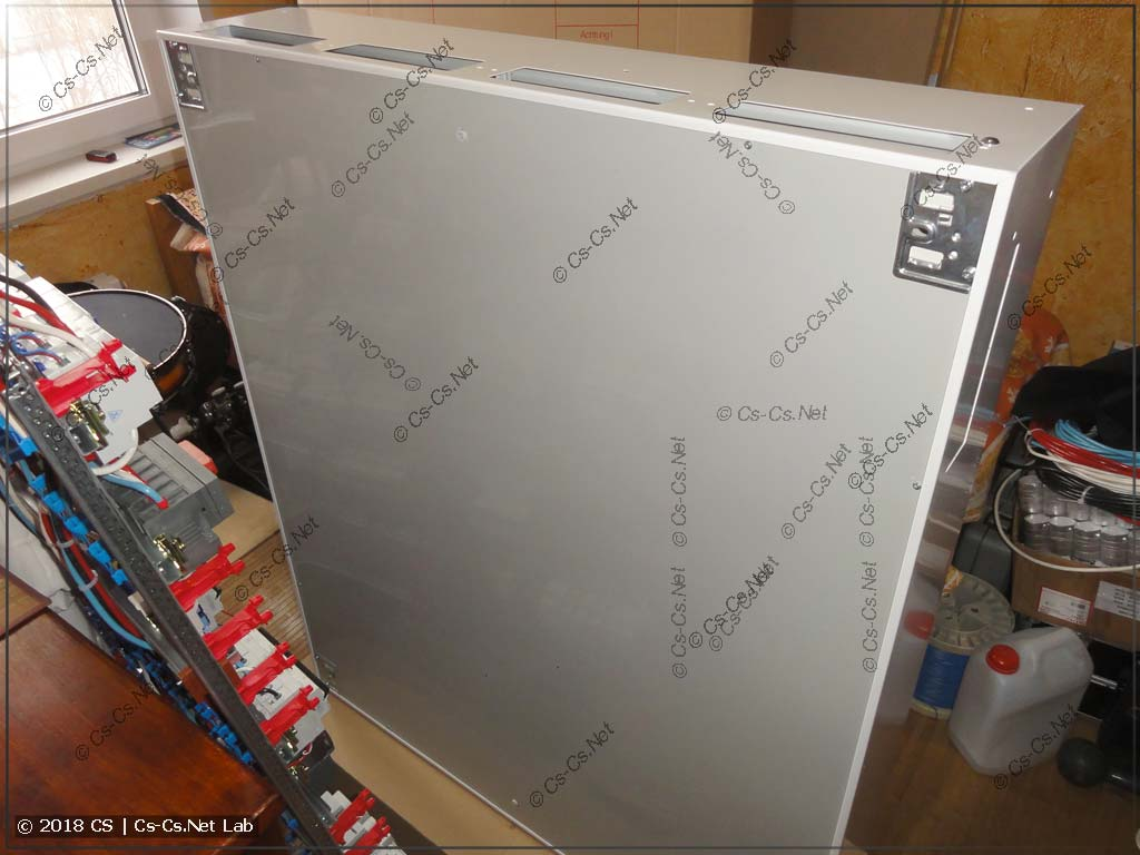 Задняя часть корпуса щита типа B сделана из пластика