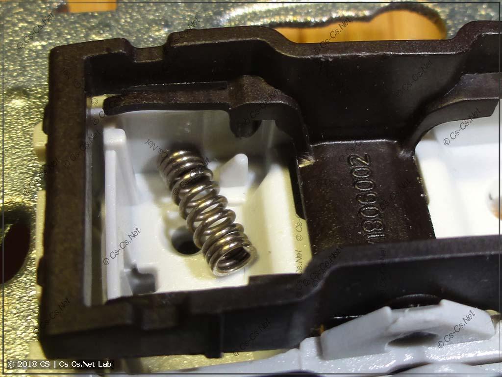 Готовим выключатель Unica к установке пружинки