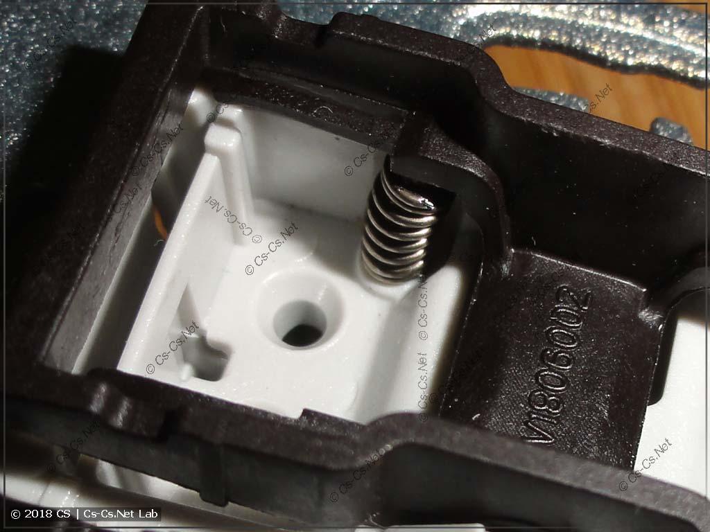 Пружинка верно установлена в выключатель для Unica, и он стал кнопкой