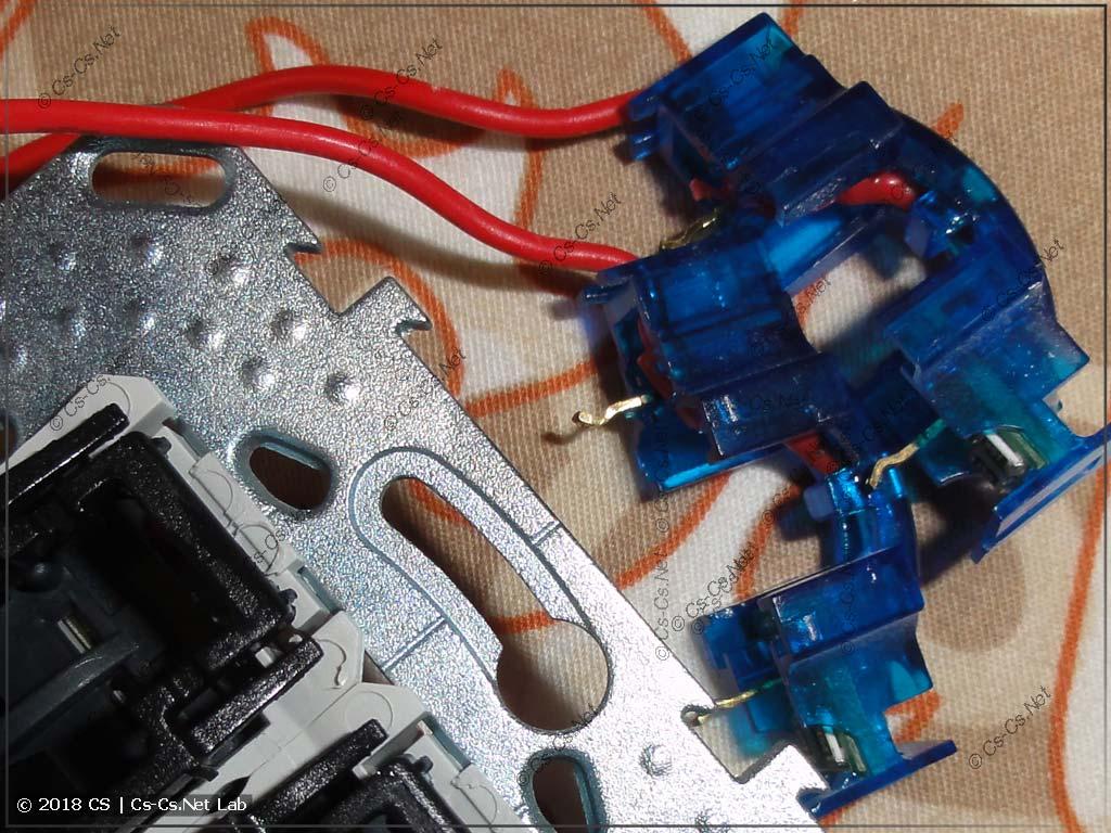 Припаиваем внешние провода к очень старым лампочкам Unica