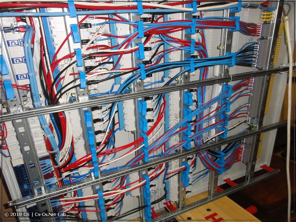 Провода щита, уложенные сзади в фиксаторы ED44P10