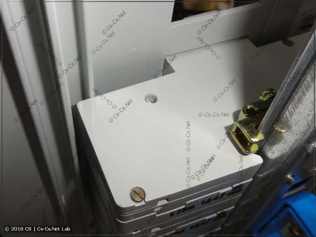 Автомат серии S750 DR упирается в пластрон щита; надо быть внимательным