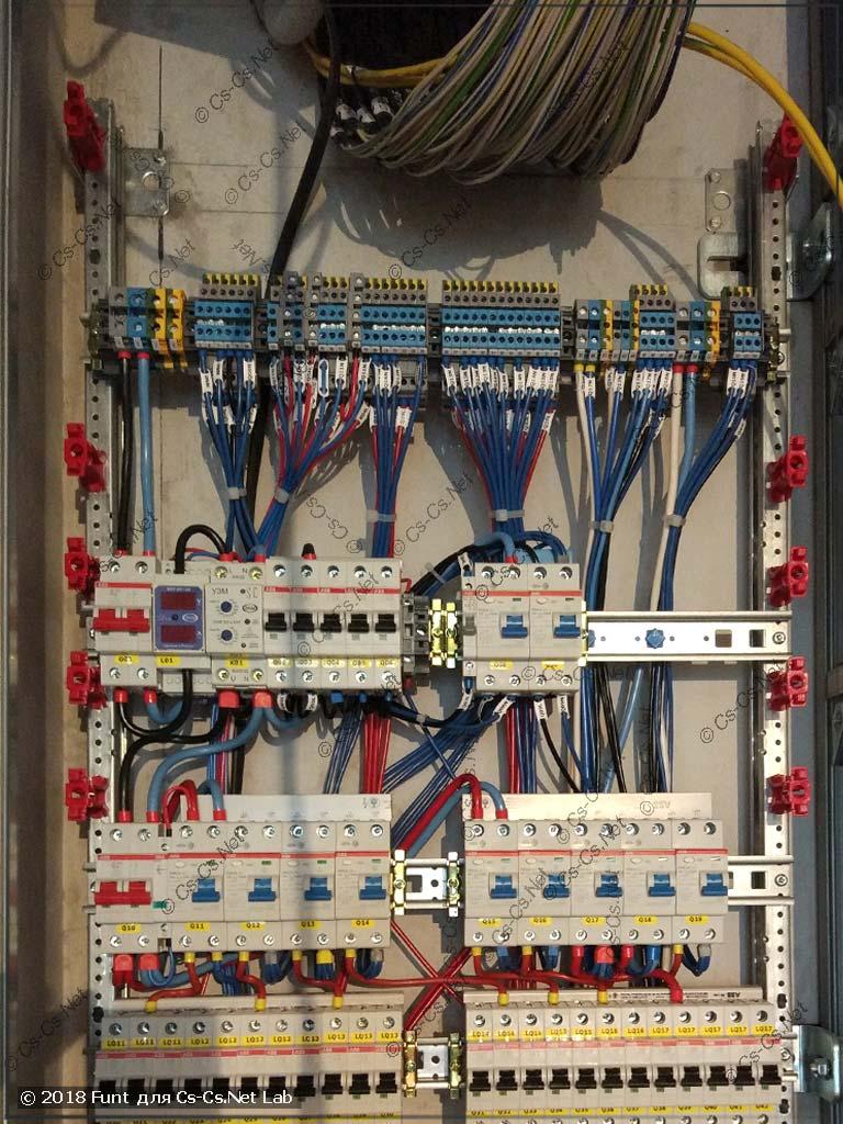 WR-рама щита подвешена в нишу и готова к подключению