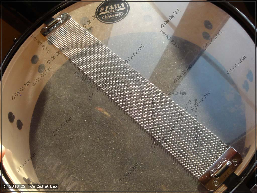 Подструнник малого барабана, который издаёт трескучий звук