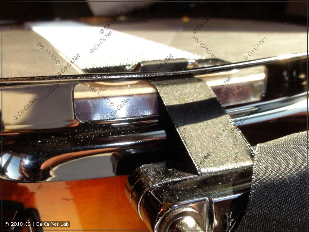 Прорези в нижнем ободе барабана для крепления подструнника (прорезь должна быть ниже пластика)