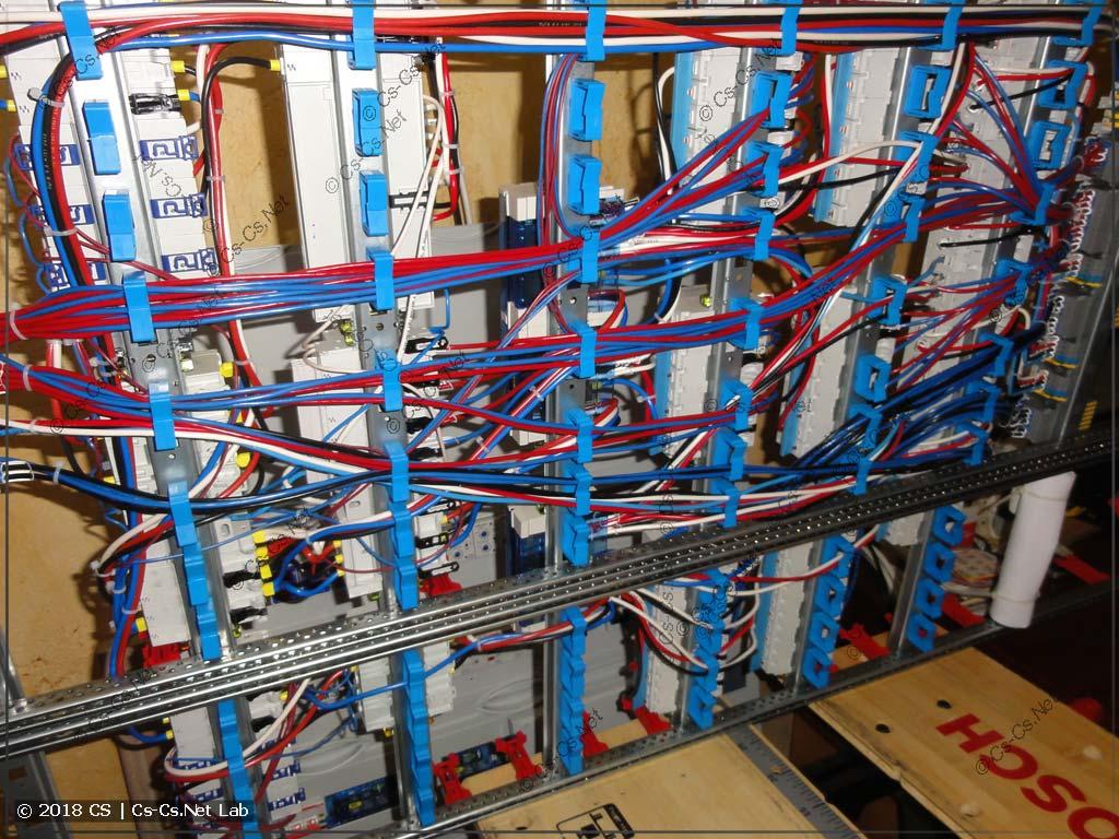 Провода сзади щита уложены в фиксаторы ED44P10