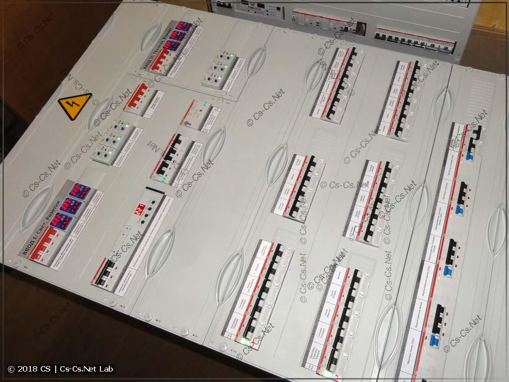Вся начинка щита закрыта пластронами, на которых наклеены понятные надписи