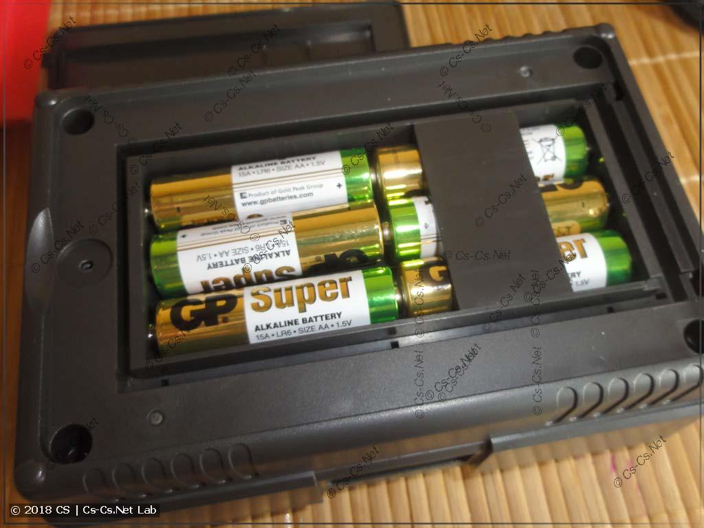 Устанавливаем батареи в прибор