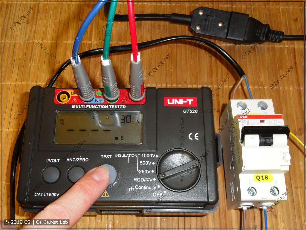 Прибор UT-526 подготовлен для тестирования дифавтомата