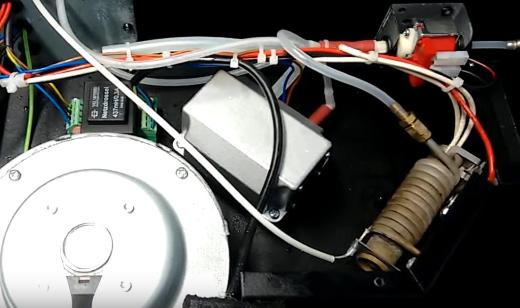 Внутренности старого генератора тумана (из видео): видна испарительная камера