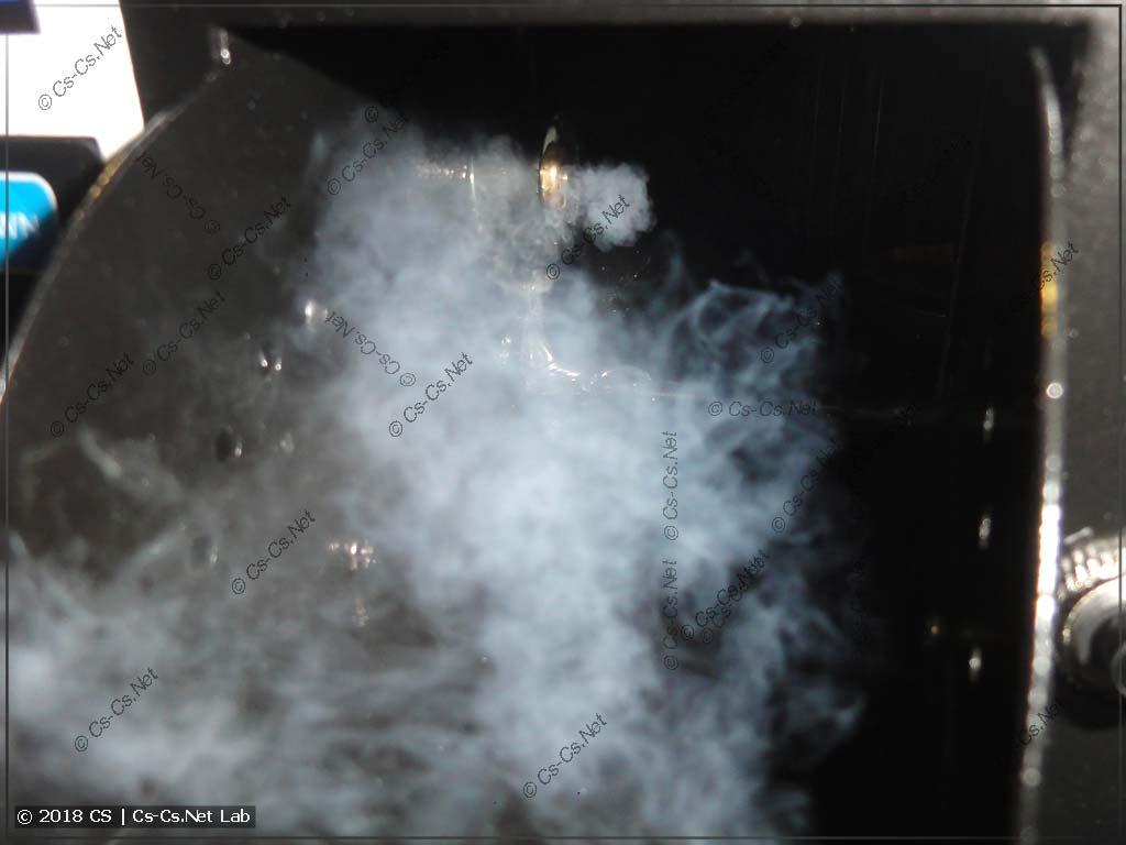 Выход тумана из отверстия внутри генератора