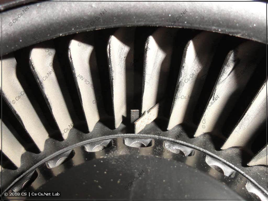 Крыльчатка турбины грязная, но с грузиками для балансировки