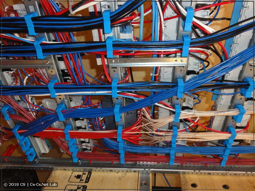 Провода сзади щита на держателях ED44P10