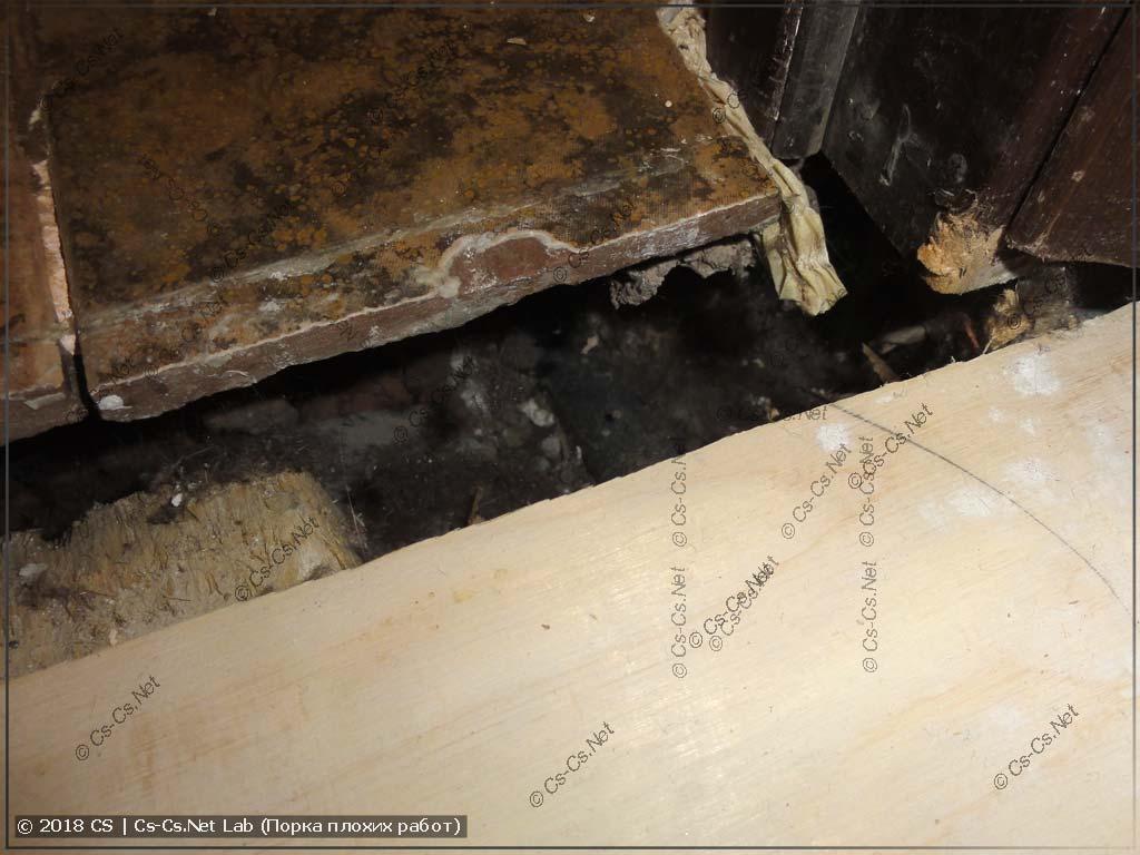 Пустое пространство под плиткой и дверной коробкой у входа в спальню