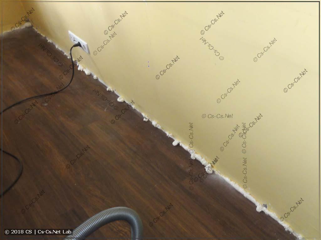 Все края между стеной и полом заделаны монтажной пеной