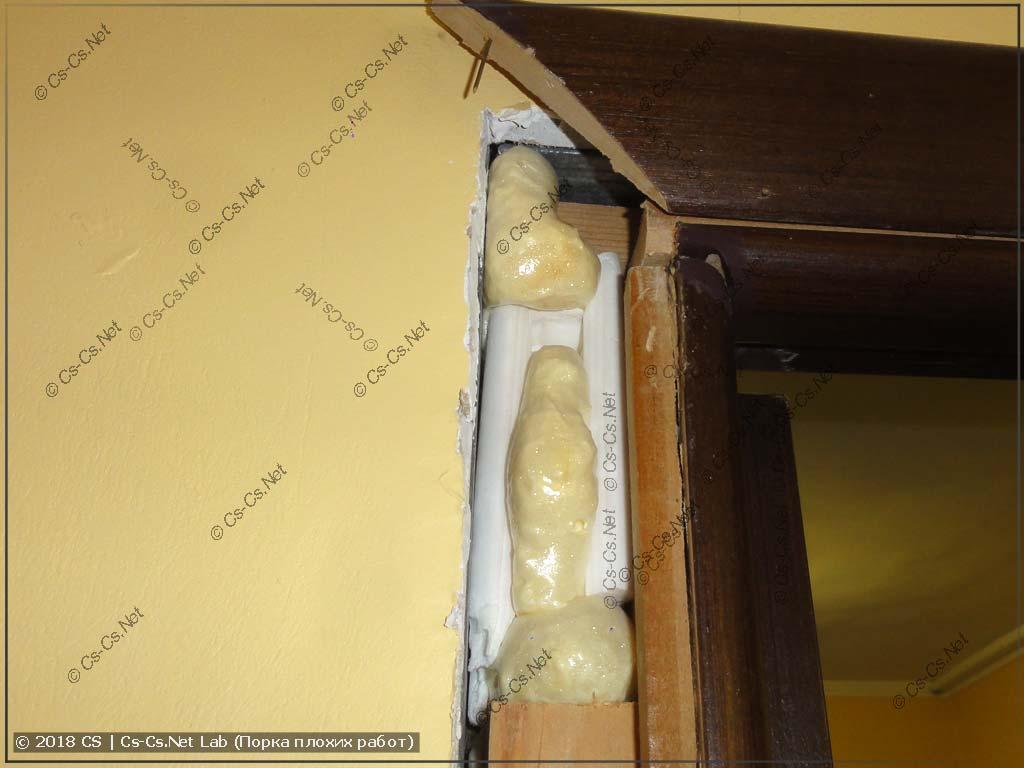 Коробка двери зала стоит на пене и на странной белой штуке