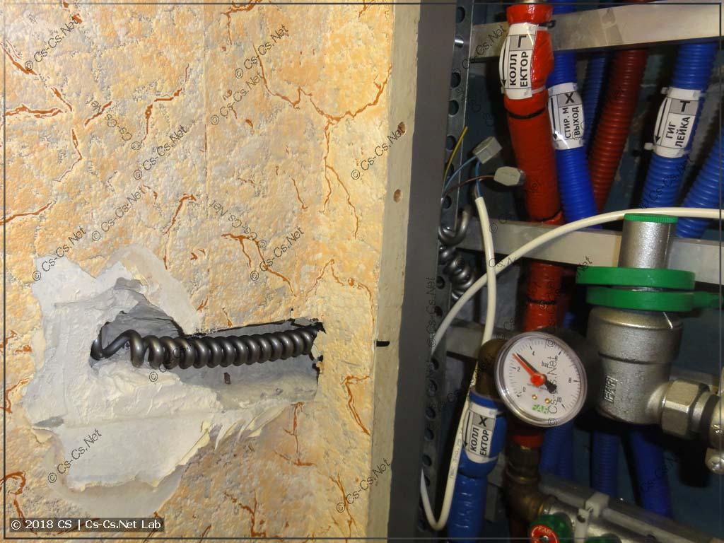 Провод идёт в старой штробе и подключен на соплях