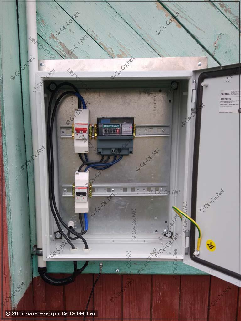 Щит DKC серии ST на фасаде дома для перехода с СИП на медь, заземления, УЗИПа и учёта (Funt)