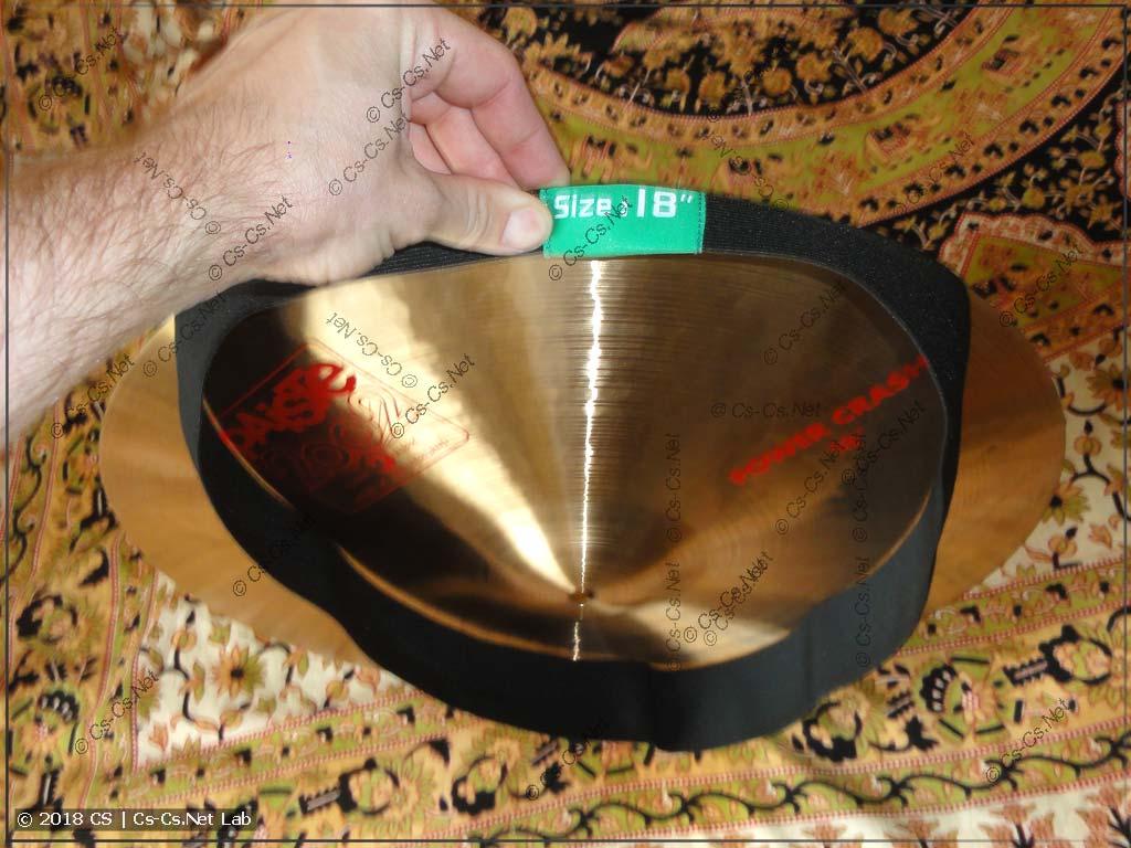 Процесс натягивания резинки-заглушки на тарелку