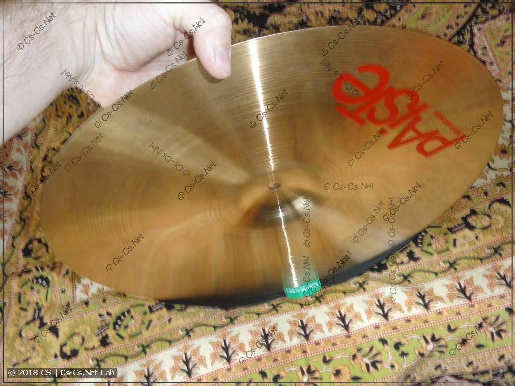 Процесс натягивания резинки-заглушки на тарелку: удобно прижать одну часть резинки самой тарелкой
