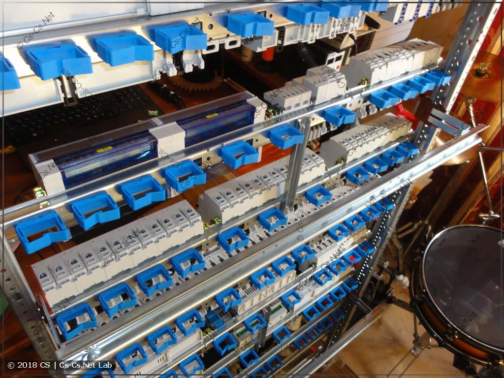 Сзади рамы установлены держатели проводов ED44P10