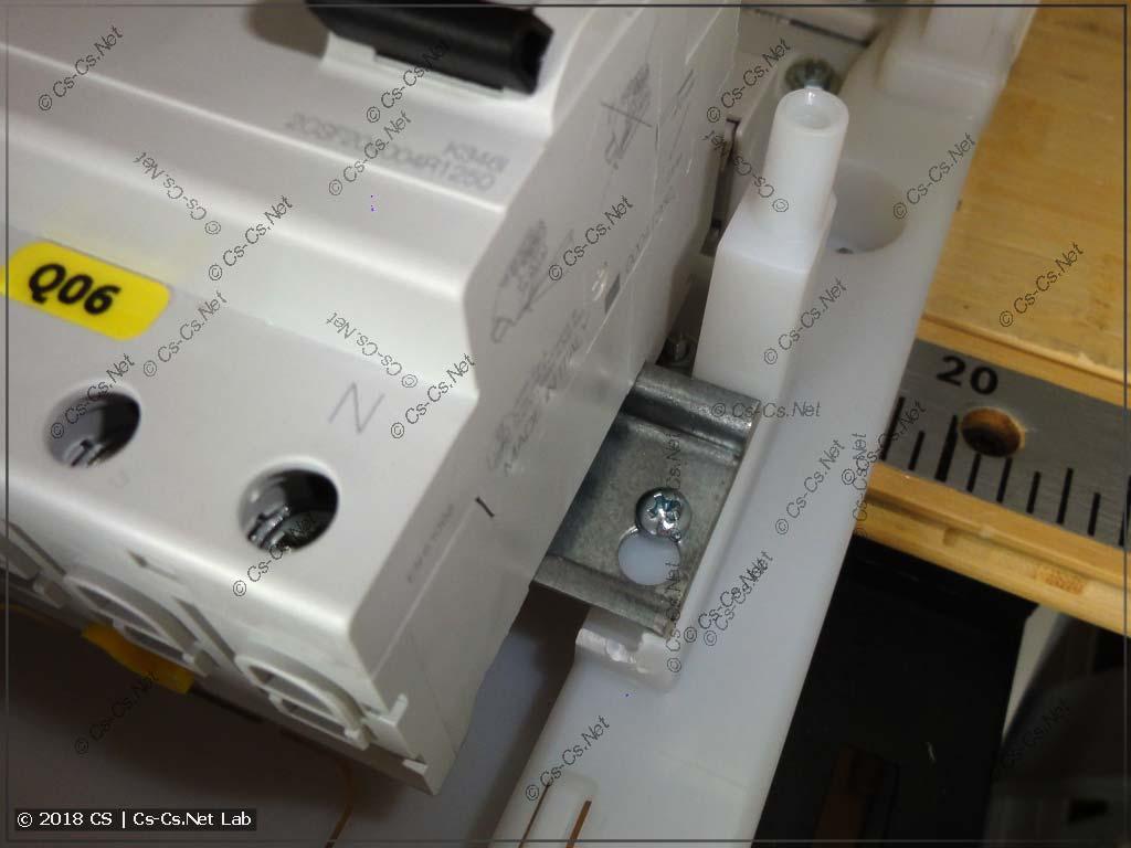 В щитах Mistral IP41 нет места для фиксаторов модульки!
