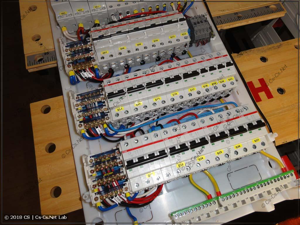 Часть нагрузок щита: дифавтоматы на важные линии и трёхфазная бюджетная схема