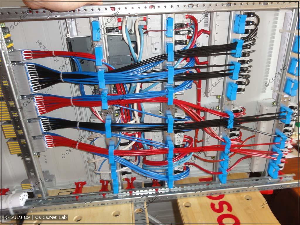 Все провода лежат сзади на фиксаторах ED44P10